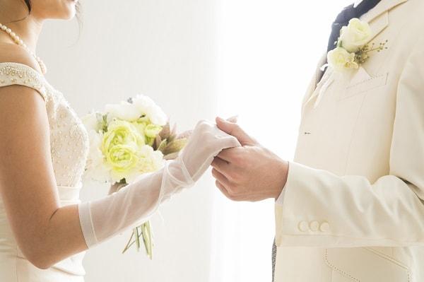 アラサー女性が運命の結婚相手に出会うイメージ