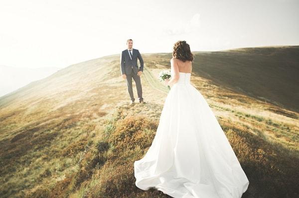プロポーズを受け結婚に踏み出すカップル