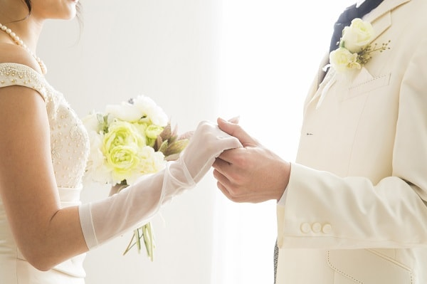幸せな結婚式の夫婦