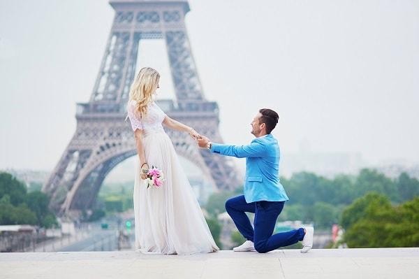 幸せな結婚を手にしたカップル