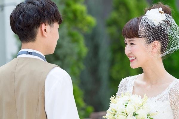 結婚式で幸せそうな夫婦