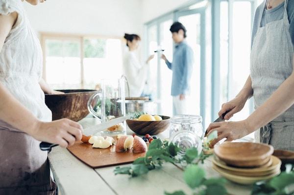 料理教室で共同作業