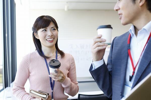 上手く会話を広げる30歳女性