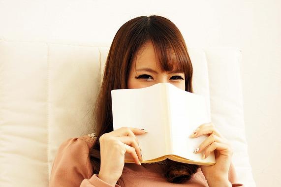 手遅れ婚活に焦りを感じて本で知識を得ようとするアラサー