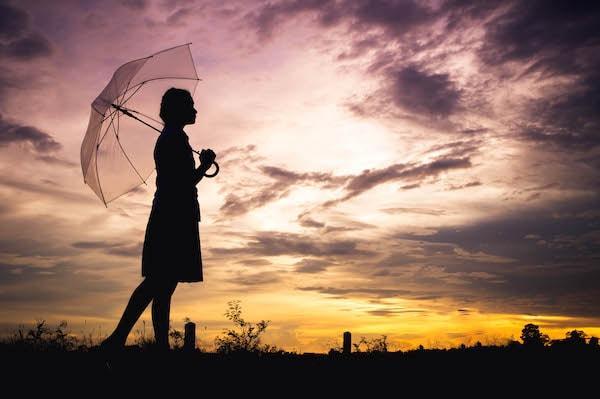 彼氏がいないので一人で歩く女性