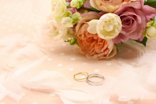 婚約指輪と結婚式のブーケ