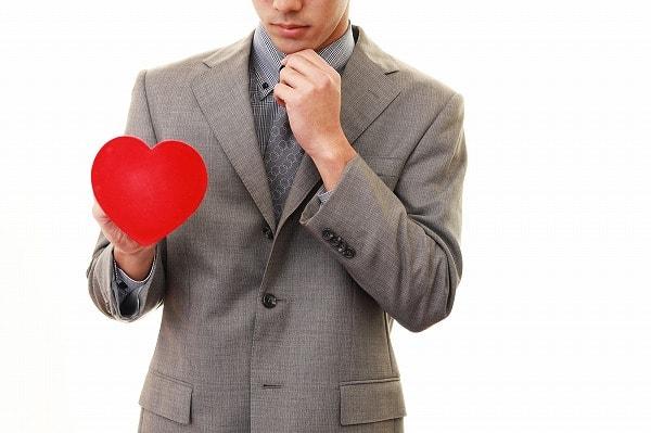 無意識に愛情を示す男性