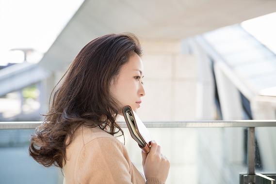 考え事をする独身女性