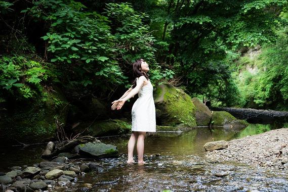 自然の中でのびのびする女性