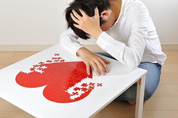 婚活に失敗し頭を抱える低所得男性